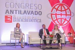 Wendy Lora, Pelagio Alcátara y Eliana Díaz en uno de los paneles.