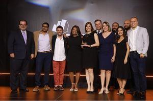 La señora Ana Margarita Rodríguez, gerente la División de Productos de la Vicepresidencia de Área de Mercadeo, recibe el Premio Effie por la mejor campaña de publicidad digital programática.