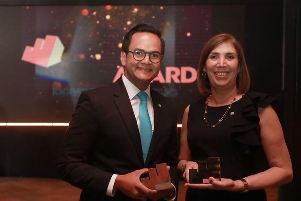 Los señores Yasser Mármol y Ana Margarita Rodríguez reciben los galardones por resultar ganadores en las categorías de mejor estrategia de marketing para el segmento joven y mejor campaña de publicidad digital programática, respectivamente.