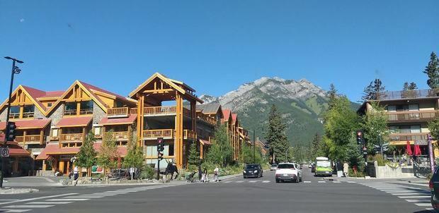 La ciudad de Banff esta integralmente levantada para el turismo en base a un plan maestro que calculo diseño arquitectónico, colores símbolos de sus edificios, atracciones, hoteles, seguridad y transporte asegurados.