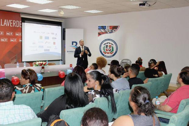 Edgar Abreu mientras imparte capacitación a residentes dominicanos en España.