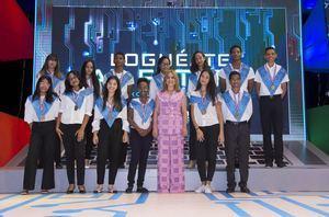 La presidente del Voluntariado Banreservas, Jacqueline Ortiz de Lizardo, junto a los jóvenes que clasificaron en la categoría Primera Meta, con calificaciones de 95 puntos en adelante en todas las materias.