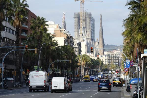 Vista de la calle Marina de la ciudad de Barcelona donde este jueves 2 de enero, primer día laborable del año, se ha puesto en marcha la Zona de Bajas Emisiones (ZBE), que restringirá la circulación de los vehículos más contaminantes en buena parte de la capital catalana y algunos municipios vecinos.