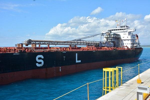 Barco con Carbón en Punta Catalina
