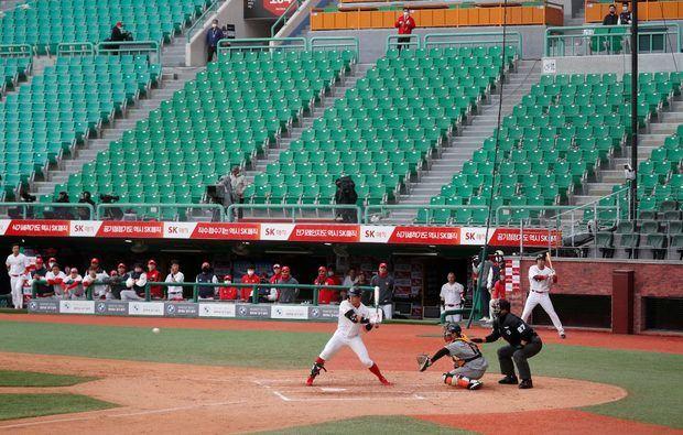 La nueva temporada del béisbol profesional en Corea del Sur arrancó el martes, en estadios sin público debido a la pandemia.
