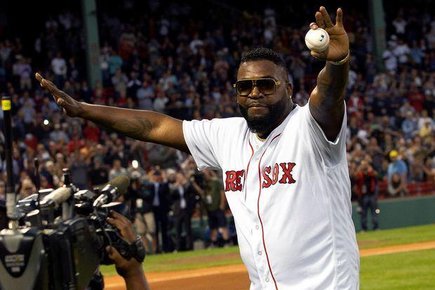 El expelotero dominicano David Ortiz, leyenda de los Medias Rojas de Boston, fue registrado este lunes al hacer el lanzamiento de honor, antes de un partido de la MLB entre los Yanquis y los Medias Rojas, en el estadio Fenway Park de Boston, Massachusetts, EE.UU.