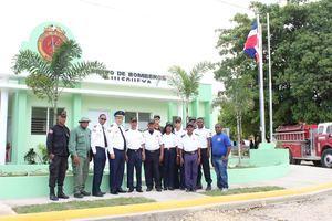 Miembros del Cuerpo de Bomberos de Quisqueya frente al nuevo cuartel.