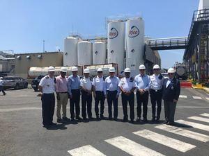 Miembros del Cuerpo de Bomberos de Santo Domingo junto a altos ejecutivos del Grupo Rica en la Jornada Empresarial de Seguridad.