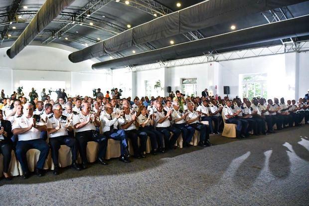 Vista completa de los bomberos asistentes  al encuentro.