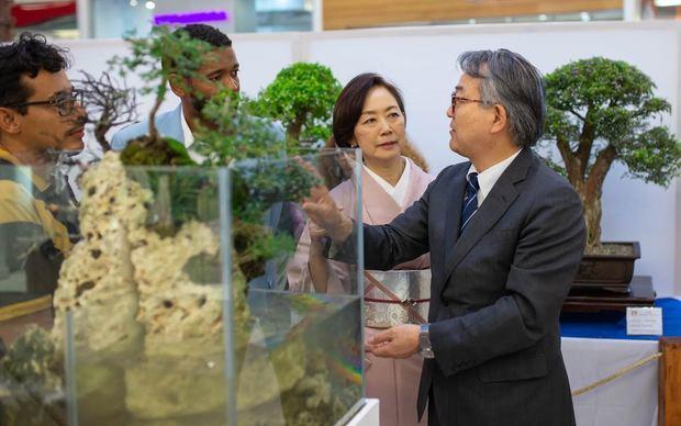 Embajador de Japón Sr. Hiroyuki Makiuchi durante su recorrido por la muestra.