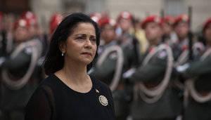 Embajadora Lourdes Victoria-Kruse pasando revista a la guardia de honor.