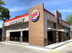 Fachada Burger King Restaurante, en Estación ESSO Av. Luyeron.