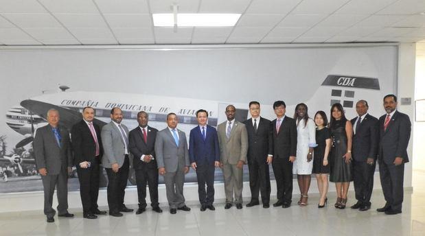Los anfitriones del IDAC y la delegación china.