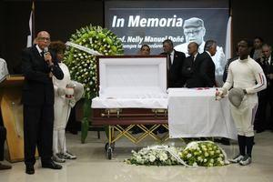 Nelson Ramírez, contando anécdotas en el homenaje de despedida de Nelly Doñé.