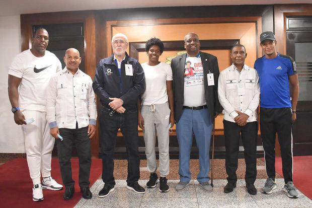 Marileidy Paulino junto a los directivos de la Federación Dominicana de Asociaciones de Atletismo.
