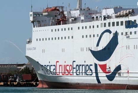 Ferry colisiona contra muelle en Santo Domingo durante maniobra de atraque