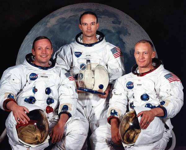 Fotografía oficial cedida por la NASA donde aparecen los astronautas del Apolo 11, el comandante Neil A. Armstrong (i); el piloto del módulo de comando, Michael Collins, y el piloto del módulo lunar, Edwin E. Aldrin Jr. (d). Medio siglo después del inicio de la histórica misión Apolo 11, un viaje de ida y vuelta a la luna con tres astronautas a bordo, la hazaña será conmemorada mañana con distintas actividades en el Centro Espacial Kennedy de Cabo Cañaveral (Florida, EE.UU.), donde estarán dos de sus protagonistas