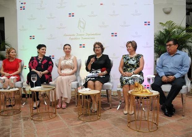 Armidis Galán, Maria Teresa Hermida, Rossy Rivera de Coxaj, presidenta Asociación de Damas Diplomáticas; Verónica Sención, Sharon Campbell y Alvar Ojeda, gerente del Hostal Hodelpa.