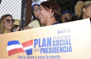 Ana María Domínguez, gobernadora de Santiago junto a Iris Guaba directora del Plan Social realizan entrega de cajas navideñas.