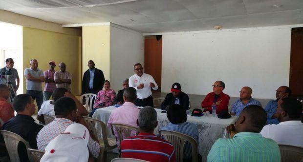 MOPC anuncia construcción de nuevo puente y asfaltado en Cambita Garabitos