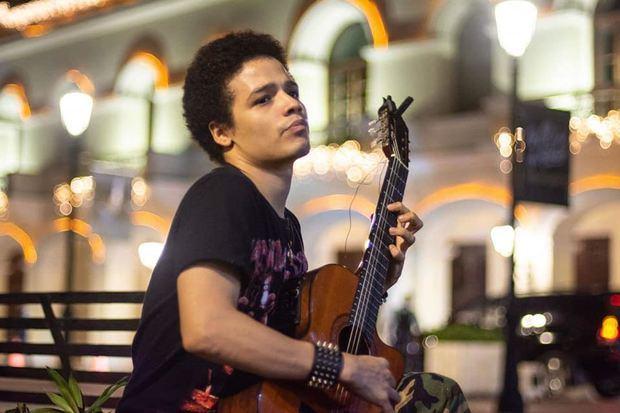 Camilo Rijo Fulcar, el guitarrista clásico y gestor musical, quien anunció el homenaje a Bullumba Landestoy.