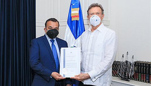 Canciller Roberto Álvarez recibe copias de estilo del embajador designado en el Salvador