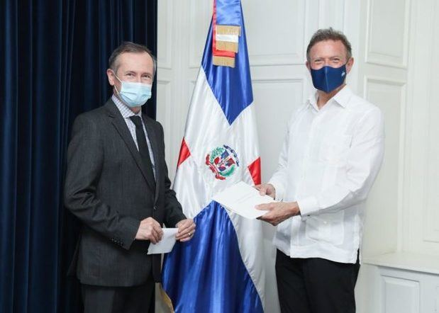 Canciller Roberto Álvarez recibe copias de estilo del embajador designado de la República Francesa