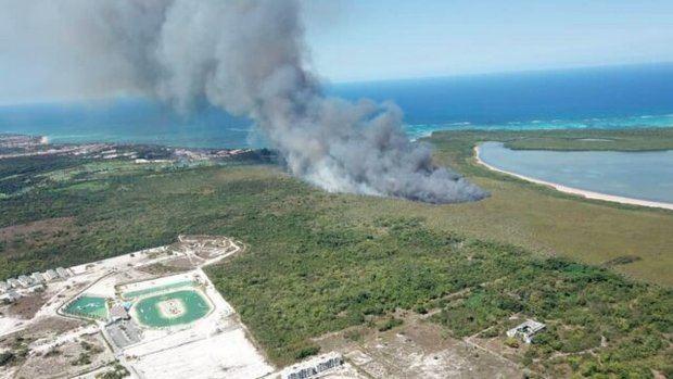 Bomberos continúan combatiendo el fuego en zona forestal de Punta Cana