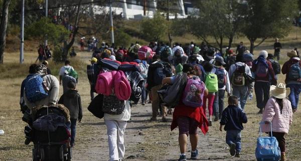 La caravana migrante avanza por el centro de México y un grupo LGBT llega a la frontera
