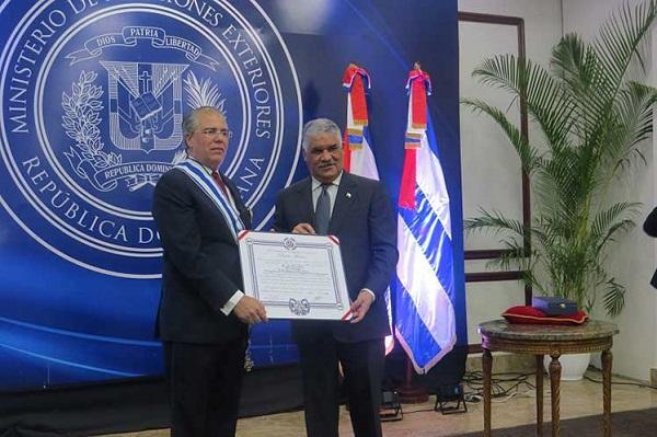 RD condecora al saliente embajador de Cuba