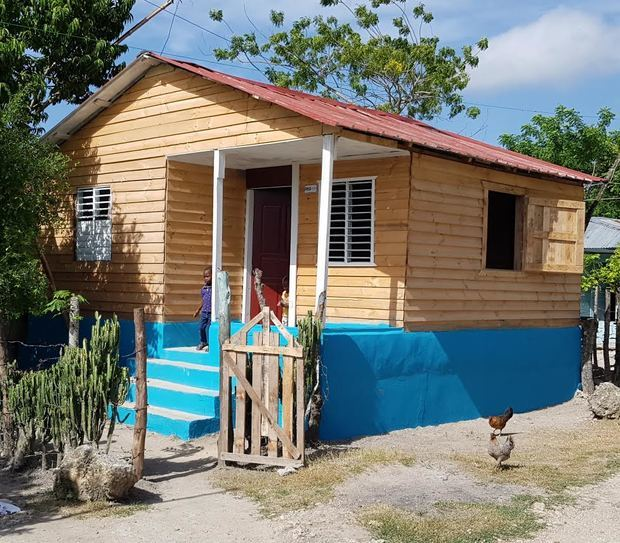 Ejecutivos de La Finca Unidad donan dos viviendas mejoradas a mujeres de escasos recursos