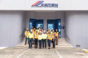 Alcalde Francisco Peña y comitiva antes de realizar el recorrido por la planta de Cemex Los Pinos.