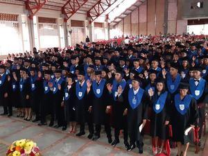 Momento en que quedan graduados los bachilleres de Santiago y Sajoma.