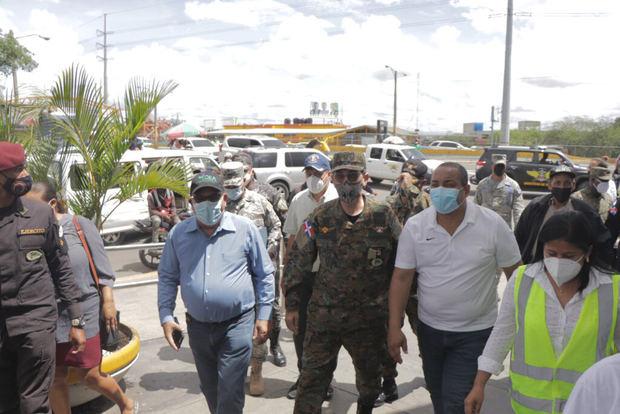 Carlos Cedeño hace recorrido en centros de vacunación de Santo Domingo Oeste con el Ministro de Defensa, Carlos Díaz