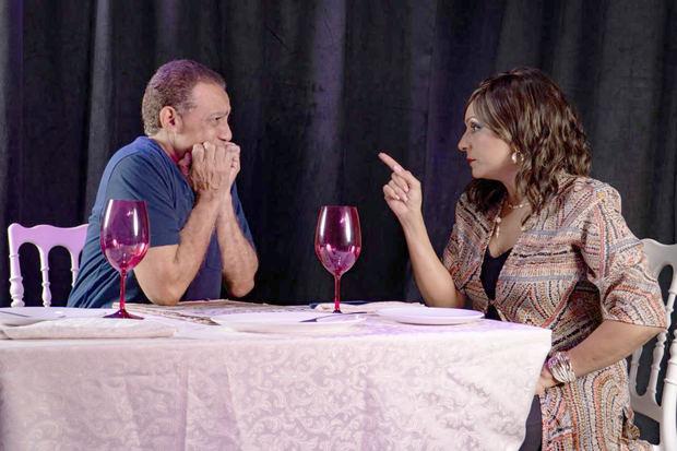 """En escena Basilio Nova y Marisabel Marte  en una de las escenas de la obra """"César, tenemos que hablar""""."""