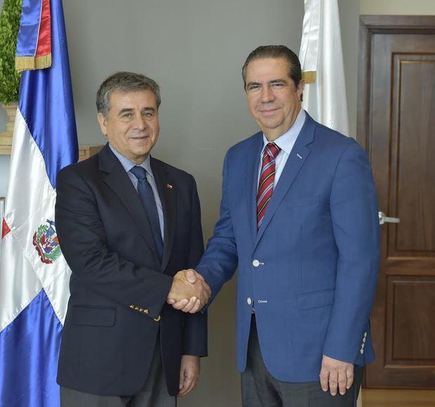 Embajador de Chile, Romilio Gutiérrez Pino y Ministro de Turismo, Francisco Javier García. (Foto:Cortesía).