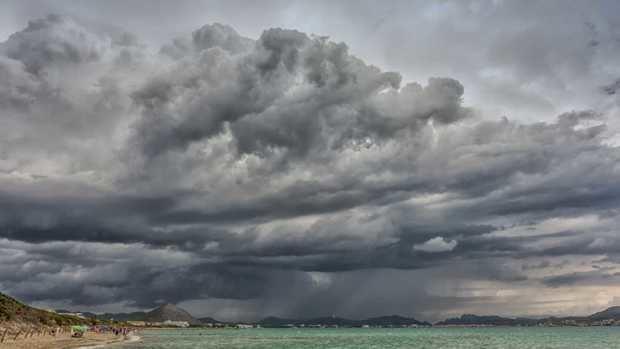 Chubascos en la tarde de hoy… oleaje anormal en ambas costas del país.