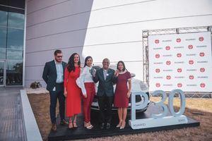 Huawei Dominicana y Claro hicieron entrega de una Porsche Macan 2019 al ganador de la promoción del Huawei P30.