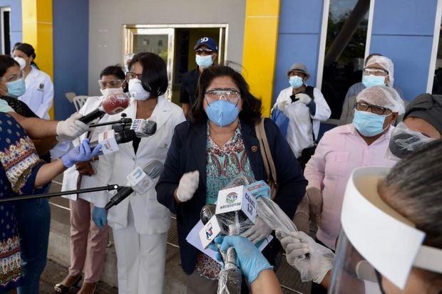 Enfermeras advierten del 'alto riesgo' de flexibilizar el toque de queda.