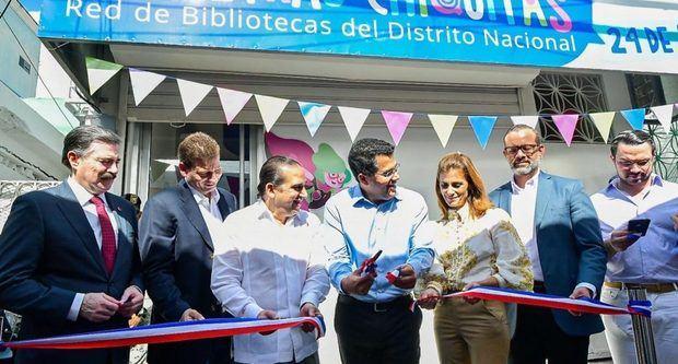 Collado entrega biblioteca infantil Letras Chiquitas al sector 24 de abril