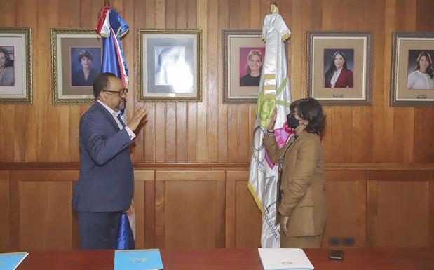 Fue juramentada este martes la abogada Ana Cecilia Morun Solano como nueva presidenta ejecutiva del Consejo Nacional para la Niñez y la Adolescencia (Conani), en un acto encabezado por el consultor jurídico del Poder Ejecutivo, Antoliano Peralta Romero.