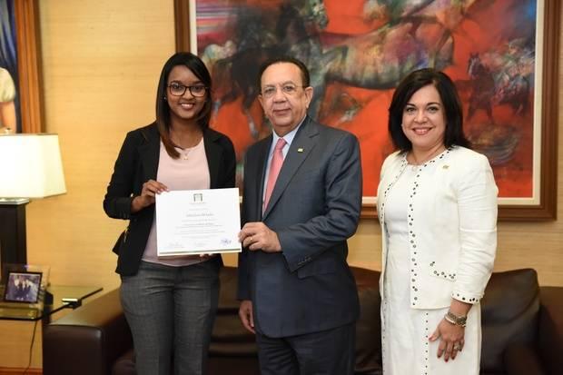 Joven de San Cristóbal gana premio en concurso del BCRD
