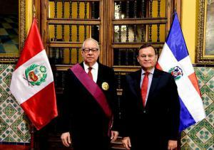 Condecoracion del gobierno peruano Rafael Julián y el Viceministro Nestor Popolizio Bardales