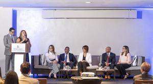 Dicla López presenta a los panelistas. Eliana Díaz, Pelagio Alcantara Ruth De los Santos, Nicolas Jimenez y Veronica Alvarez. (Foto:Cortesía).