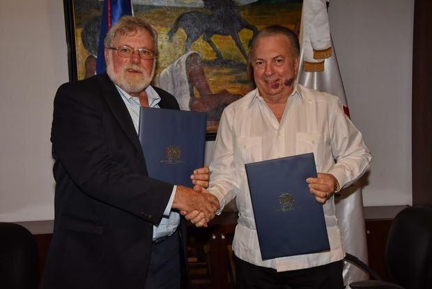El ministro de Cultura, arquitecto Eduardo Selman, y Charles Beeker, director de Ciencia Subacuática de la Escuela de Educación, Salud Física y Recreación, de la Universidad de Indiana, durante la firma del acuerdo.