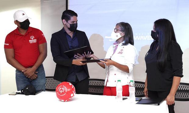Olimpiadas Especiales RD y Making Waves Academy firman convenio de colaboración