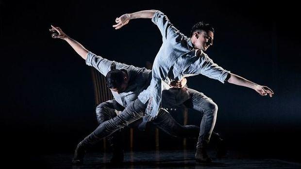 Bailarines danzan al ritmo de la coreografía de Daniel Doña.