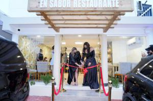 Corte de cinta de En Sabor Restaurante.