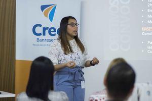 Jóvenes emprendedores reciben instrucciones para sus proyectos por Luz González, facilitadora del programa CREE Banreservas.