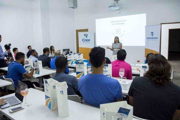 Melissa Hernández, gerente del Programa CREE Banreservas, animó a los participantes a persistir hasta el final del programa y ver sus ideas realizadas.